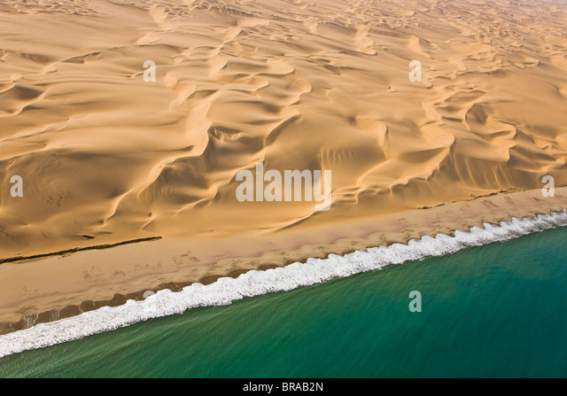 Luftbild von Sanddünen und der Atlantikküste, in der Nähe von Swakopmund, Namib-Wüste, Namibia, Stockbild