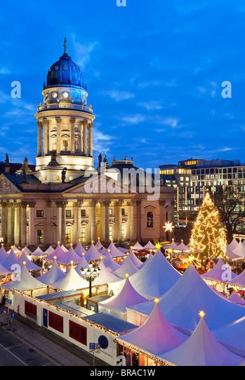 Traditioneller Weihnachtsmarkt auf dem Gendarmenmarkt, beleuchtet in der Abenddämmerung, Berlin, Deutschland, Stockbild