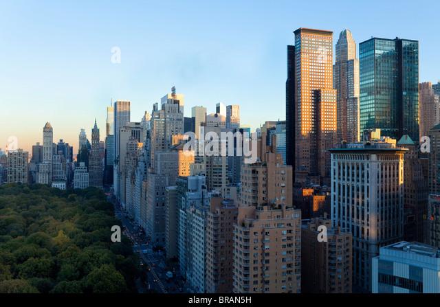 Gebäude entlang South Central Park in Uptown Manhattan, New York City, New York, Vereinigte Staaten von Amerika, Stockbild