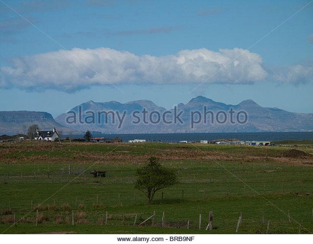 Ruhigen Ackerland und Häuser unter blauem Himmel Stockbild