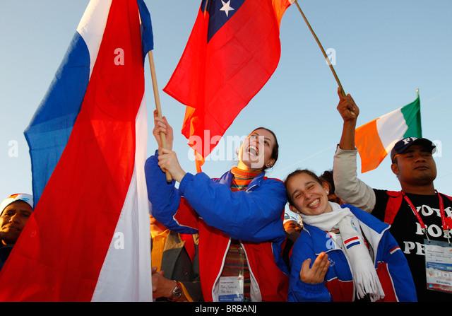 Junge Katholiken Welle Flaggen während der Weltjugendtag, Sydney, New South Wales, Australien Stockbild
