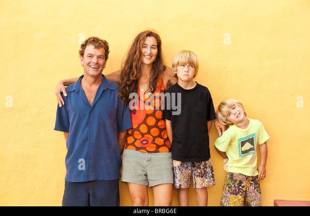 Porträt von Eltern mit Söhnen Stockbild
