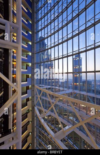 Moderne Architektur im Inneren ein Luxus Büro- und Hotelgebäude, Dubai, Vereinigte Arabische Emirate Stockbild