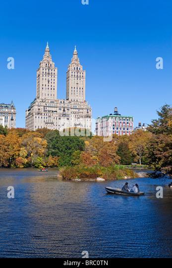 Central Park und den Grand Gebäuden entlang der Central Park West angesehen über den See im Herbst, Manhattan, Stockbild