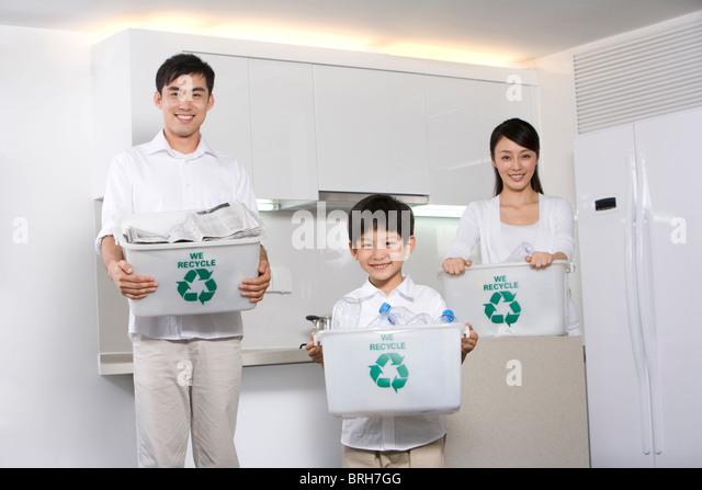 Familienholding recycling-Boxen in Küche Stockbild