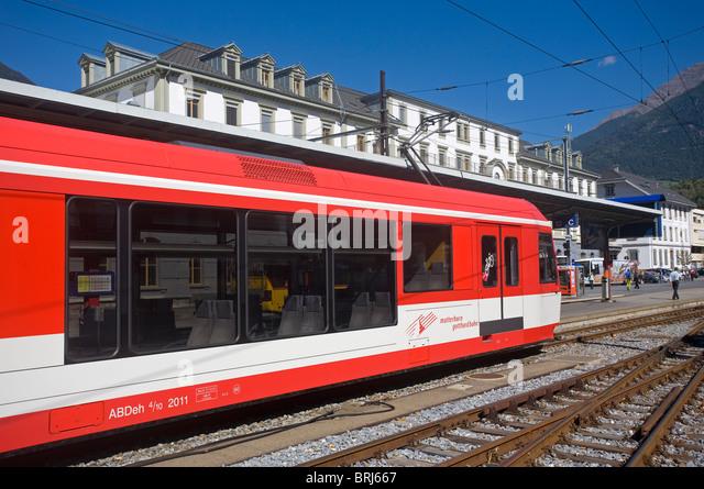 Matterhorn Gotthard Bahn Zug am Bahnhof Brig Stockbild