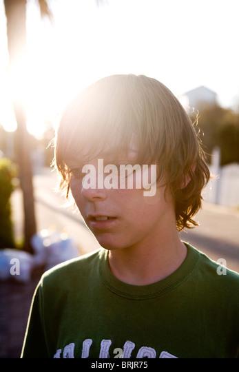 Teen junge starrt mit der Sonne hinter ihm. Stockbild