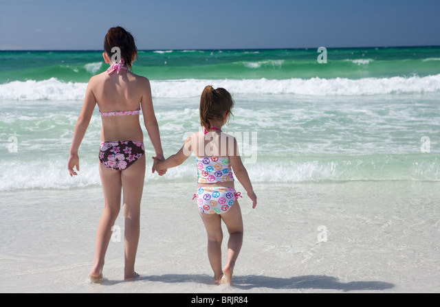 girls in bikinis stockfotos girls in bikinis bilder alamy. Black Bedroom Furniture Sets. Home Design Ideas