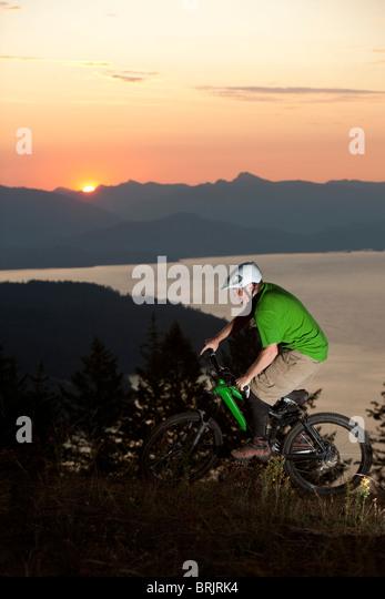 Junge Erwachsene Mountainbiken bei Sonnenaufgang in Idaho. Stockbild