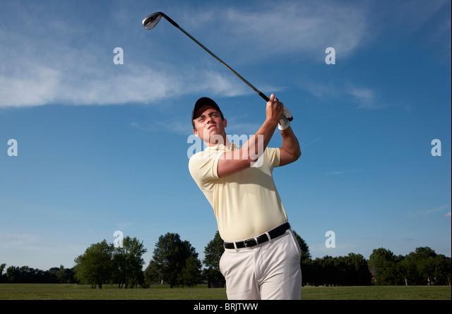 Eine männliche Golfer schwingen seines Vereins. Stockbild