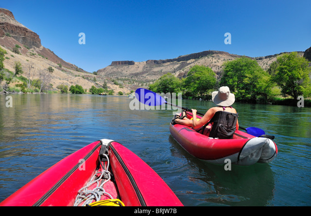 Eine Frau in einem Schlauchboot auf dem Deschutes River in Oregon. Stockbild