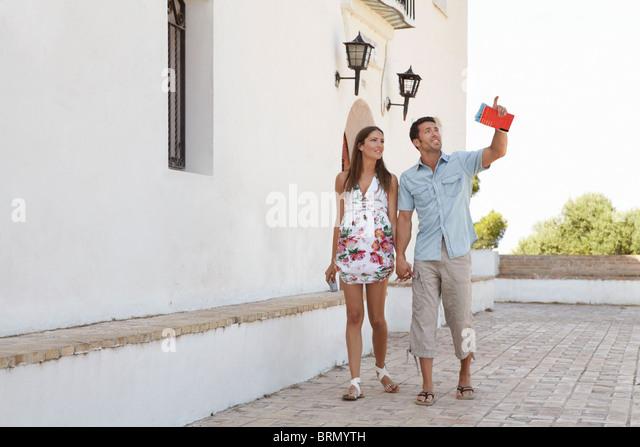Paar auf der Suche auf touristische Attraktionen Stockbild