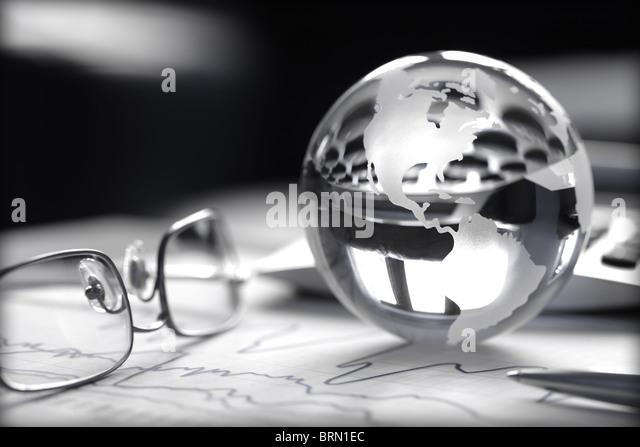 Getönten Bild der Glaskugel mit Aktiencharts, Taschenrechner und Brille Stockbild