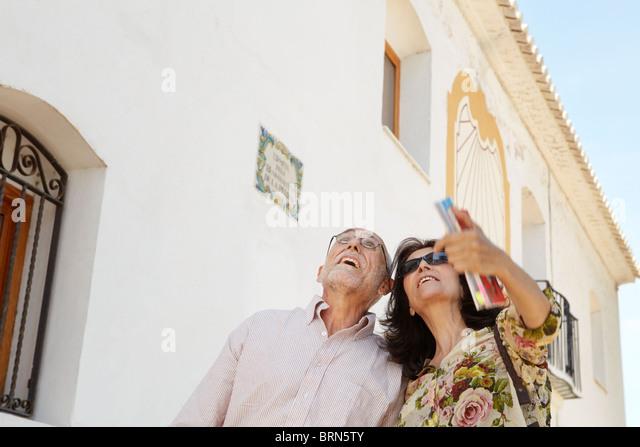 Älteres Ehepaar Blick auf Sehenswürdigkeiten Stockbild