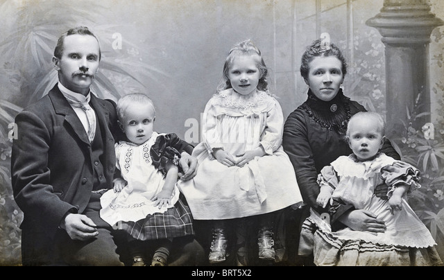 Viktorianische Familie Studioportrait von Vater-Mutter-Sohn und zwei Töchtern ca. 1898 Stockbild