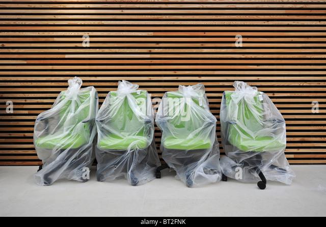 Verpackte Bürostühle Holzlatten im Hintergrund Stockbild