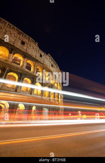 Nachtansicht des Kolosseums mit Ampel Trails. Rom, Italien Stockbild