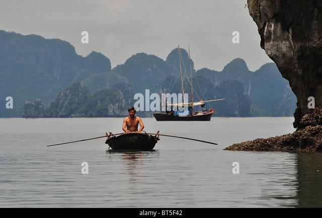 Trödel und Ruderboot in Halong Bucht, Vietnam Stockbild