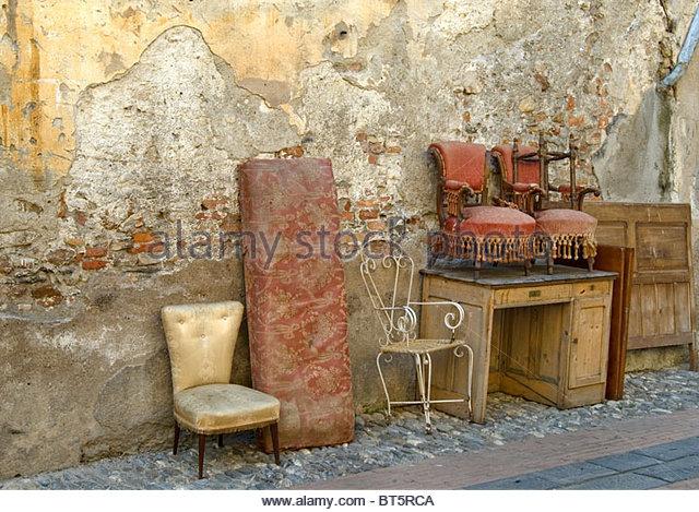 Antike Möbel in einem Hinterhof der alten Stadt Albenga, Ligurien, North West Italien zurückgelassen. Stockbild