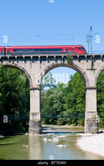 Österreichische Railjet-Zug auf die so genannte Viadukt ein Traunstein in Bayern Stockbild