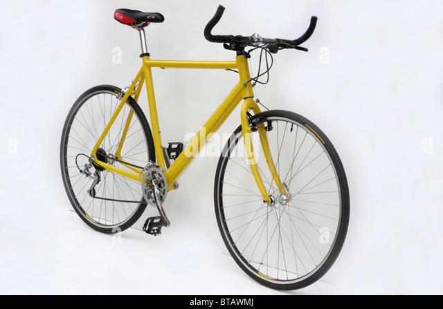 Ausschnitt der modernen leichten Legierung gerahmt gelbe Hybrid Roadster trekking Fitnesstraining Stil Fahrrad mit Stockbild