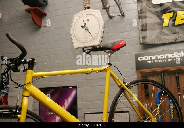 mit einem Gewicht von ein leichtes Fahrrad in einem Zyklus-workshop Stockbild