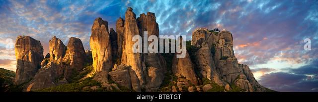 Meteora Bergkette mit griechisch orthodoxe Klöster an der Spitze. Griechenland Stockbild
