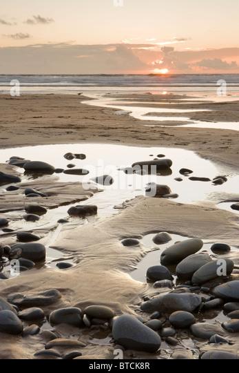 Sonnenuntergang am Sandy Mouth Beach in der Nähe von Bude, Cornwall, UK Stockbild