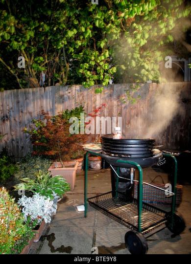 Barbecue-Grill in der Nacht verwendet wird Stockbild