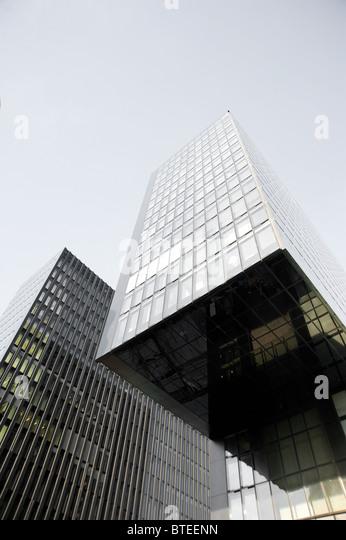 Details der Runde und abgewinkelte moderner Architektur im Medienhafen in Düsseldorf. Stockbild