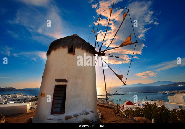 Sonnenuntergang über der traditionellen griechischen Windmühlen des oberen Mykonos Chora. Kykladen, Griechenland Stockbild