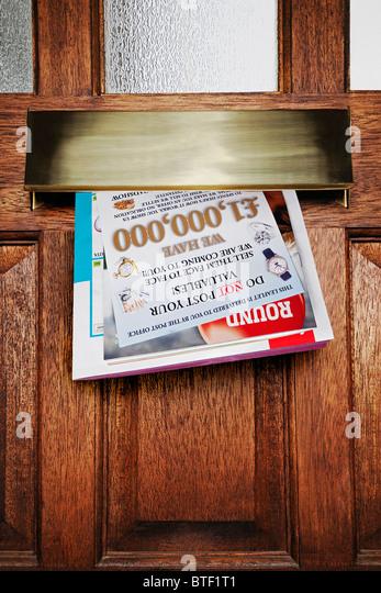 Junk-Mail in einem Letter Box, Großbritannien. Stockbild