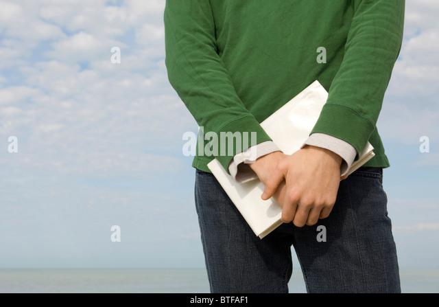Männer stehen am Strand mit Buch in Händen, beschnitten Stockbild