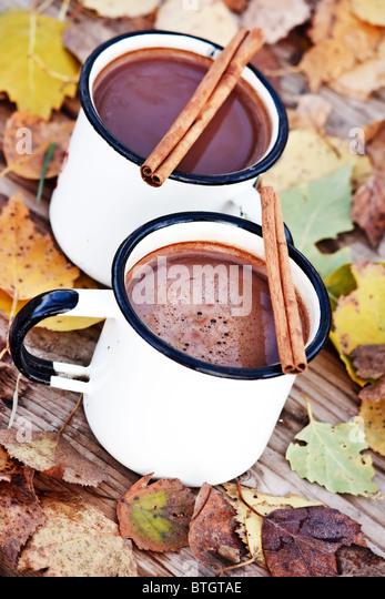 heiße Schokolade in die weißen Becher Stockbild