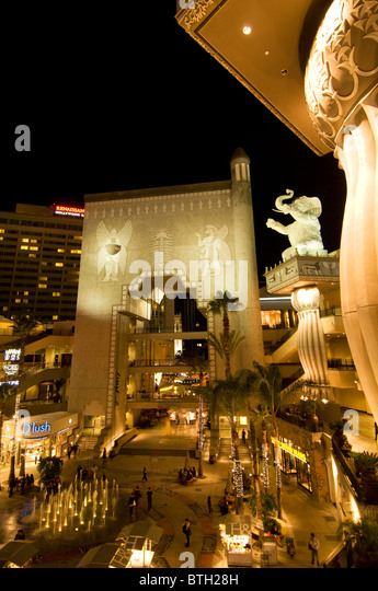 Hollywood und Highland Center Unterhaltungskomplex mit riesigen Elefantenstatuen auf dem Hollywood walk of Fame Stockbild