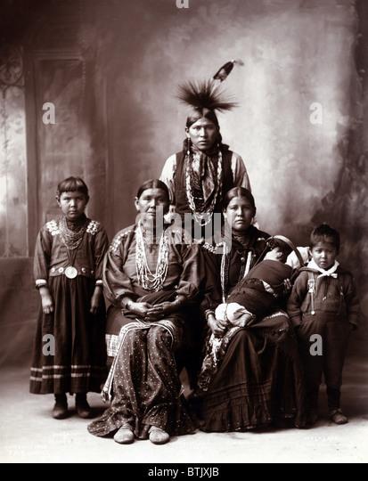 """Gebürtige amerikanische Familie, Originaltitel: """"Sauk indische Familie"""", Foto von Frank A. Rinehart, Stockbild"""