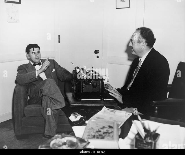 Film Produzent Val Lewton (1904 ? 1951), bei einem Treffen mit einem schreitend gekleideter Mann trägt eine Stockbild