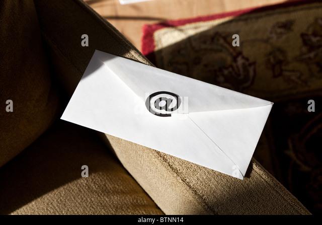 Umschlag mit @-Symbol, Konzept von e-Mail-Nachrichten Stockbild