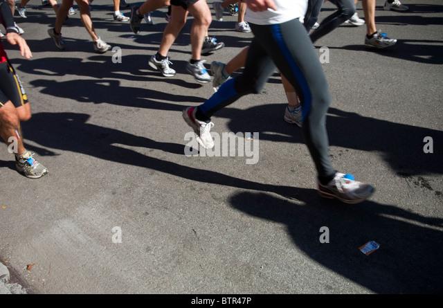 Läufer durchqueren Harlem in der ING New York City Marathon auf Sonntag, 7. November 2010 Stockbild