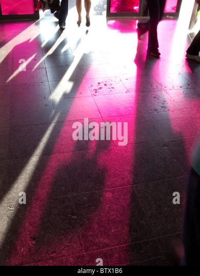 Schatten auf Boden der Eingang zum Euralille Einkaufszentrum, Lille, Frankreich Stockbild