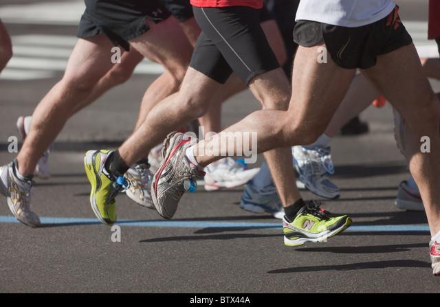 Die Beine und Füße der Läufer während der 2010 New York City Marathon. Stockbild