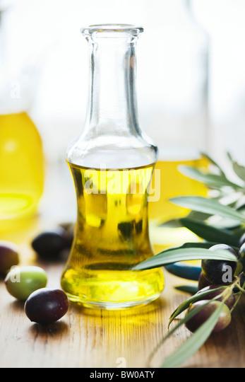 Olivenöl auf Holztisch Stockbild