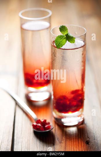 zwei kalte Granatapfel Drinks oder cocktails Stockbild