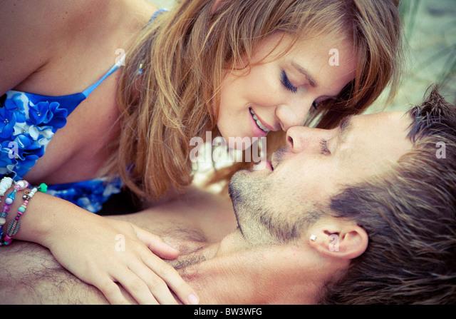 Junges Paar liegen umfassende Stockbild