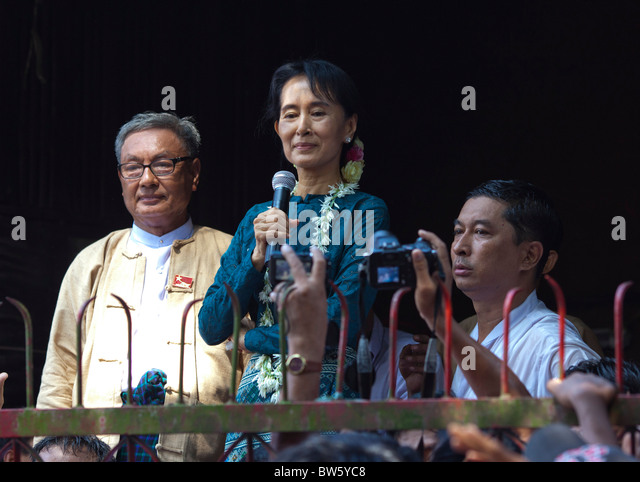 Aung San Suu Kyi befasst sich mit Tausenden von Fans bei NLD Hauptsitz am 14. November 2010. Stockbild