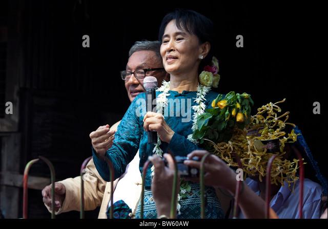 Aung San Suu Kyi richtet sich an Tausende von Anhängern zu NLD Head Quarter. Stockbild