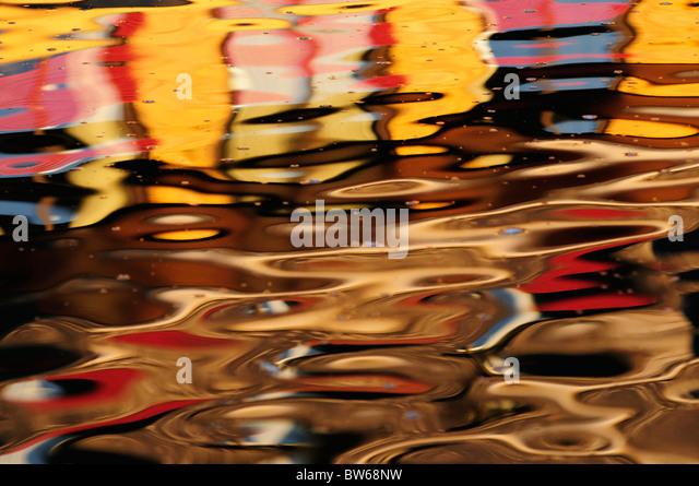 Abstrakte farbenfrohe Reflexion von Gebäuden in den Fluss Cam, Cambridge, England, UK Stockbild