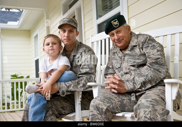 Militärische Familie auf der Veranda zu Hause Stockbild