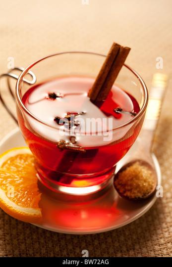 einladende warme würzige Getränk mit Zutaten Stockbild