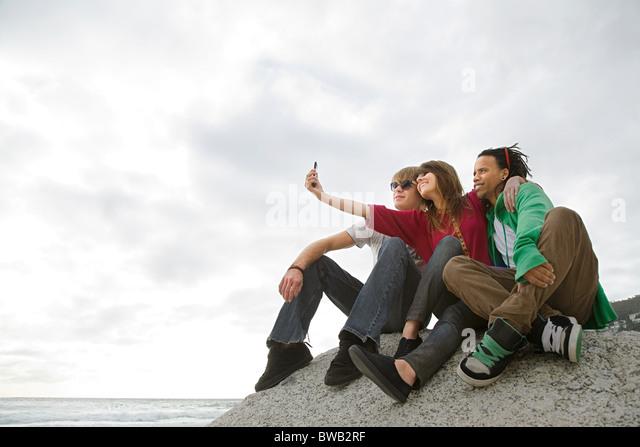 Freunde fotografieren sich selbst Stockbild